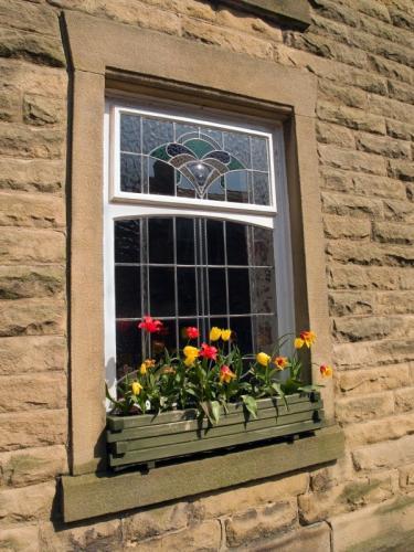 الزجاج الملون 104883-375x500-cottage-window