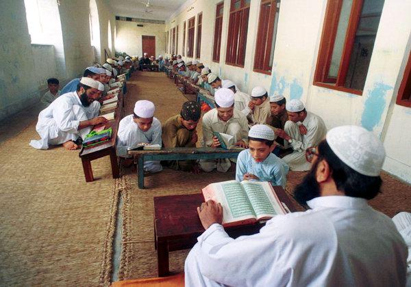 பாகிஸ்தான் பள்ளிகளில் இந்து துவேஷம்  Students-recite-lines-at-a-Madrassa-in-Pakistan