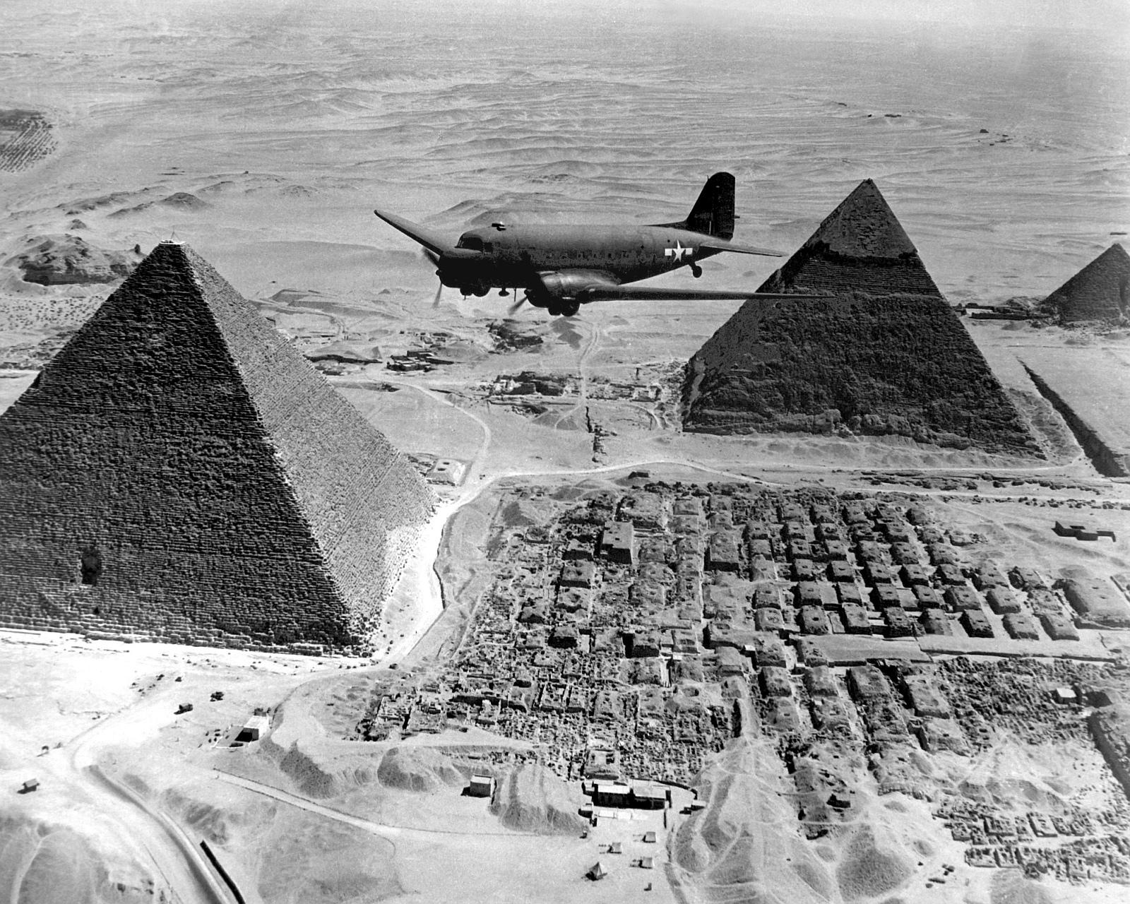 أهرام مصر.. Gpw-20040823-UnitedStates-DefenseVisualInformationCenter-HD-SN-99-02674-Air-Transport-Command-airplane-flies-over-The-Pyramids-during-World-War-II-Egypt-1943-medium