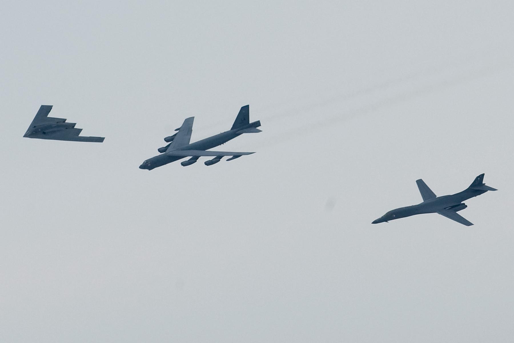 موضوع : الصين تخفي اكثر من 3000 رأس نووي في انفاق سرية طولها حوالي 5000 كلم  Gpw-20051129-UnitedStatesAirForce-080510-F-0986R-002-bombers-flying-in-formation-B-2-Spirit-B-52-Stratofortress-B-1B-Lancer-Shreveport-Louisiana-20080510-medium