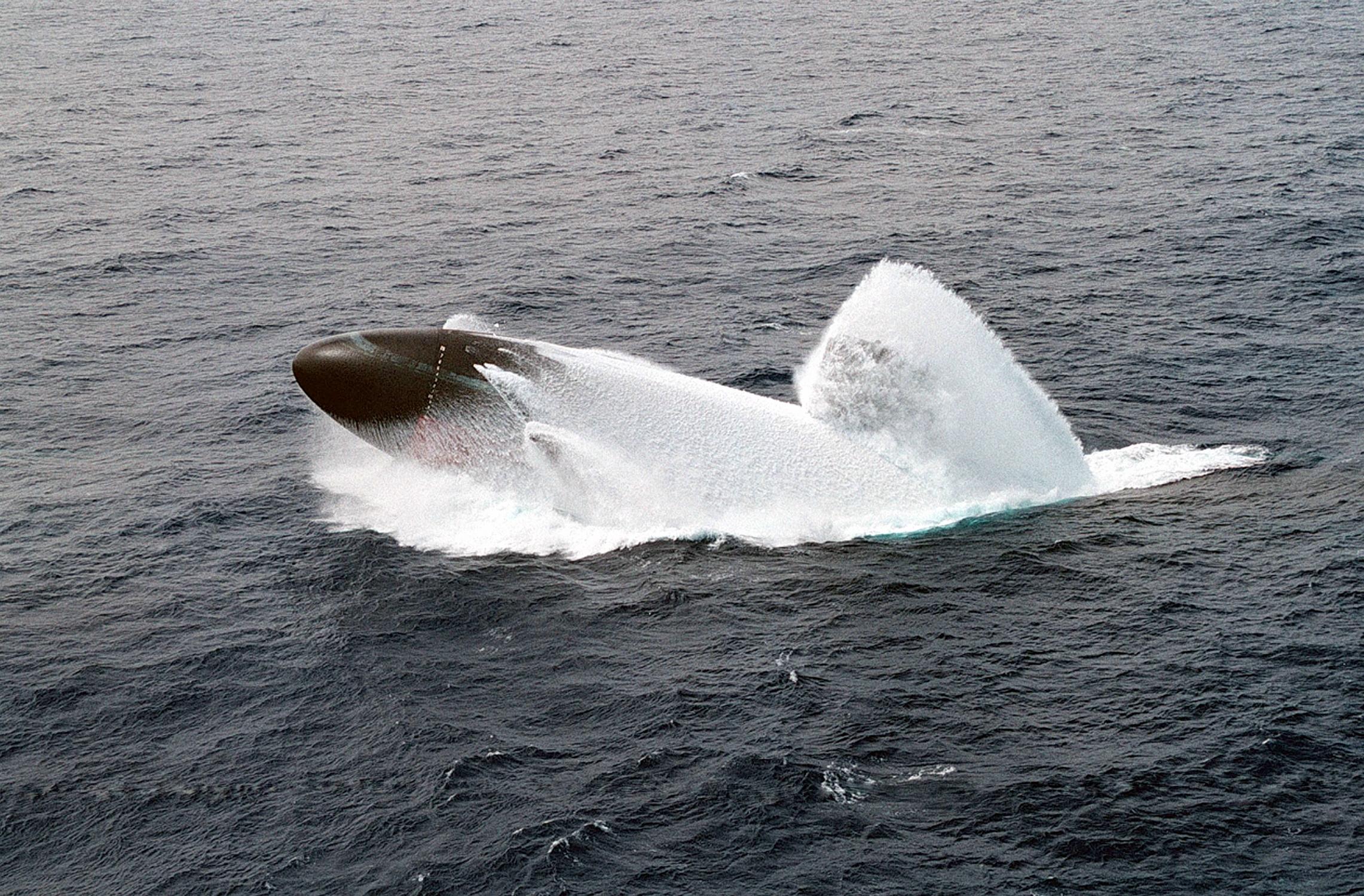 سلاح الغواصات Gpw-20060917-UnitedStates-DefenseVisualCenter-DNSD0310300-submarine-emergency-surfacing-drill-Pacific-Ocean-USS-Columbus-SSN-762-19980604-Hawaii-medium