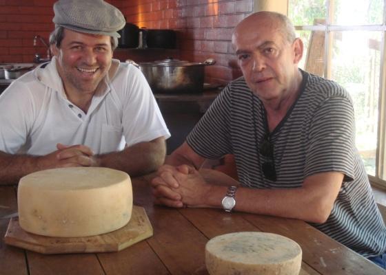 Limpar cordas com ÁLCOOL ! Helvecio-ratton-a-direita-conversa-com-produtores-de-queijo-em-documentario-1273877672142_560x400