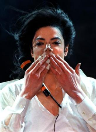 Le mani di Michael - Pagina 7 Michael%20Jackson%20thanks%20the%20fans%20after%20a%20performance