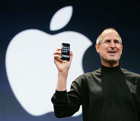 Rien d'anodin... Steve-jobs-with-iphone