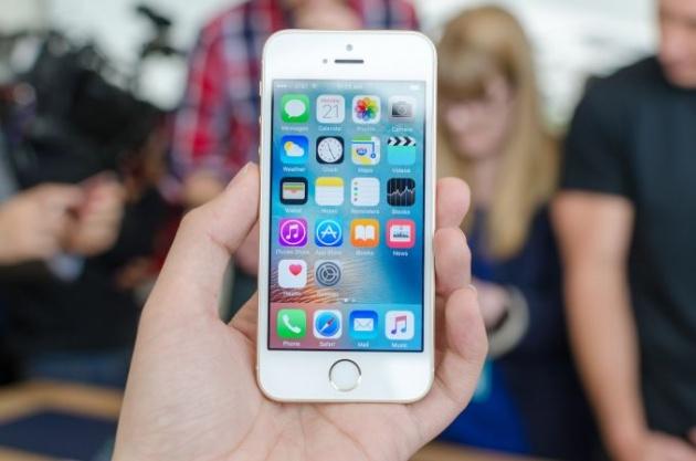 Nên mua điện thoại nào để làm quà giáng sinh tặng người thân? Iphone-se-duoc-du-doan-se-mang-ve-1-28-ty-usd-loi-nhuan-cho-apple