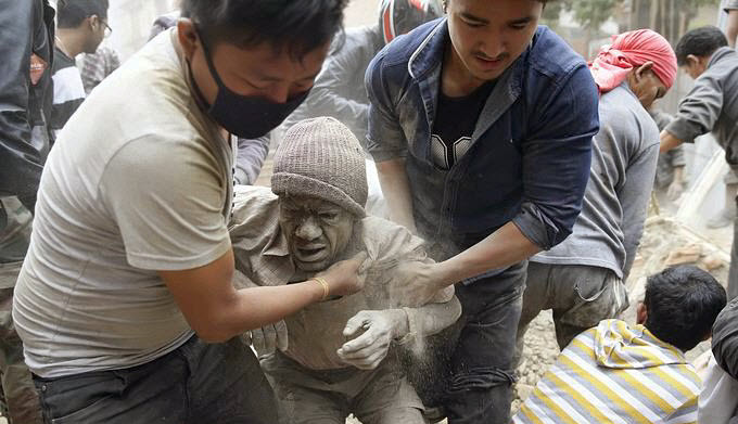 Inspirational Photos of People Helping People in the Wake of Nepal Earthquake NEPAL-EARTHQUAKE-aftermath-man-helped-by-two-others1