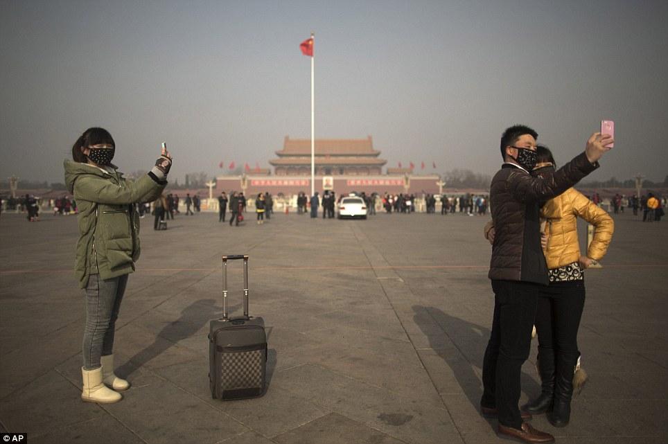 En Beijing televisan el atardecer en pantallas gigantes por la contaminación permanente Sol4