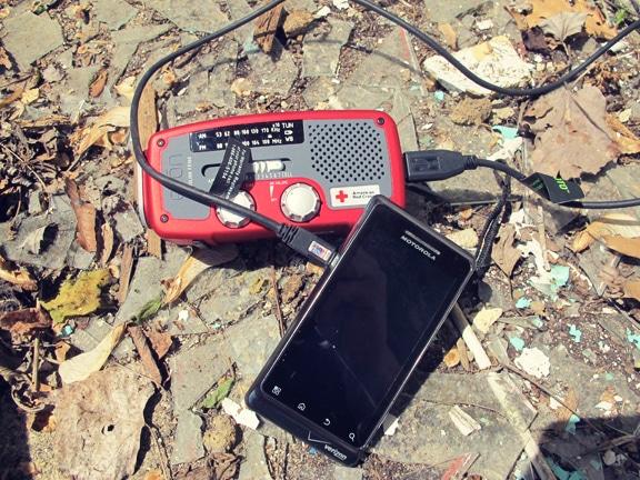 Comment faire un Get Home Bag (kit de retour au domicile) Emergency-radio-cell-charging