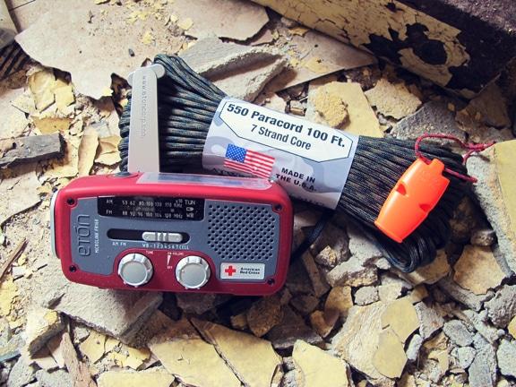 Comment faire un Get Home Bag (kit de retour au domicile) Paracord-whistle-radio