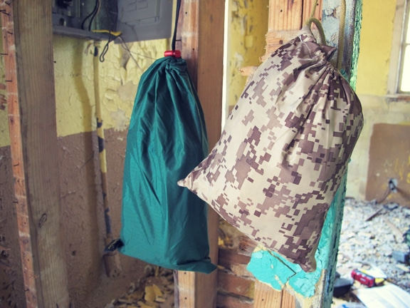 Comment faire un Get Home Bag (kit de retour au domicile) Tarp-poncho