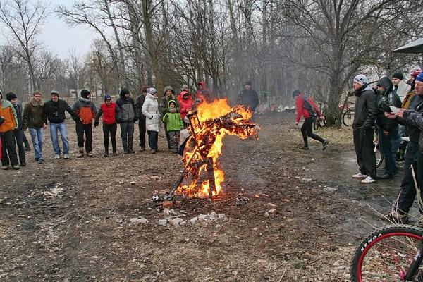 Ростов в грязь, а  Мурманск в метель провели веломасленницу I-3026