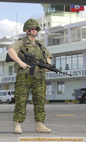 Que fait vraiment le Canada en Haïti? 040229-HaitiCoupCanadianForces