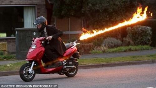 Bientôt à vendre Pot d'échappement Akrapovic pour Fuoco et Mp3 400 ou 500cc Flame-throwing-moped-scooter1-500x283