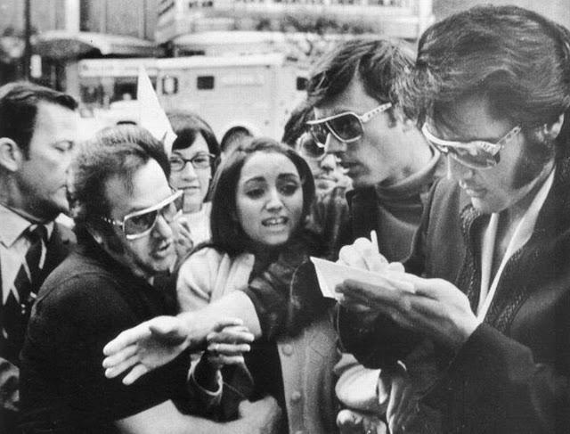 Tus fotos favoritas de los dioses del rock, o algo - Página 7 Elvis_Presley_Madonna_