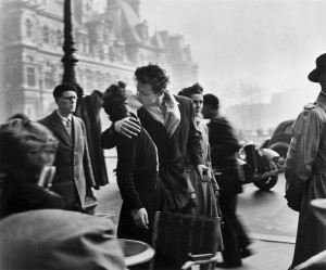 A la poursuite des images de Robert Doisneau en vue Street View Doisneau-baiser-hotel-ville-300x249