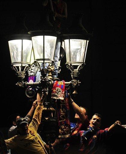 صور الاحتفالات من ارض الملعب ومن ساحة كاناليتس  Ap-201105111638599130740