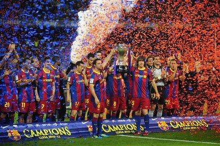 """القائدان يرفعان كأس الليغا وتتويج مميز للكتلان""""صور""""  Ap-201105151651606798889"""