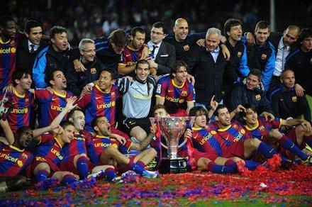 """القائدان يرفعان كأس الليغا وتتويج مميز للكتلان""""صور""""  Ap-201105151651607118894"""