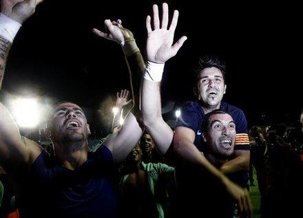 صور الاحتفالات من ارض الملعب ومن ساحة كاناليتس  Ap-201105111622589360706