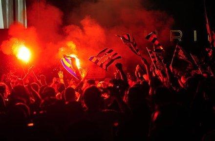 صور الاحتفالات من ارض الملعب ومن ساحة كاناليتس  Ap-201105111552571750653