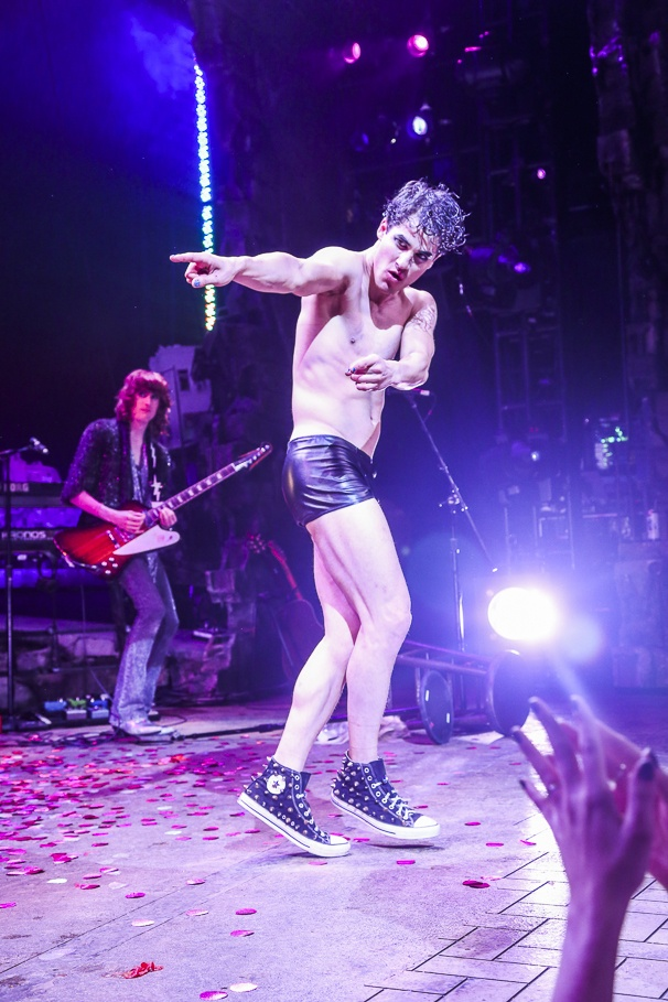 hedwig - Pics and gifs of Darren in Hedwig and the Angry Inch on Broadway. 8.210685