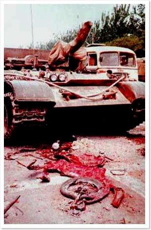 không - CHẾ ĐỘ CỘNG SẢN CHỈ CÓ SỤP ĐỔ, KHÔNG CÓ CHUYỂN ĐỔI   Tiananmentankbeforebloodyremnants_thumb