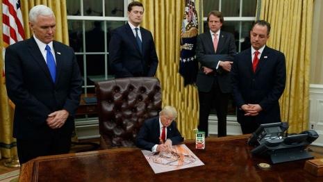 Tiny Trump / The Pocket Potus  Tiny-trump-002_465_262_int