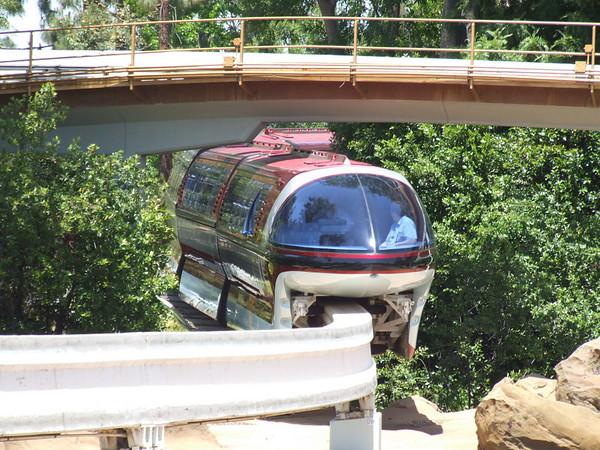 [Disneyland Park] Nouveaux Monorails - Page 2 295992672_ErzyD-M