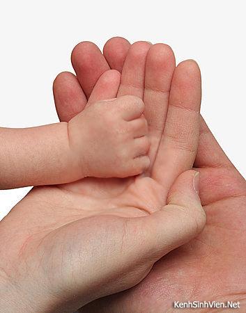 Chúng ta còn được gặp bố mẹ bao nhiêu lần?  KenhSinhVien.Net-mother-and-father-holding-their-child-hand