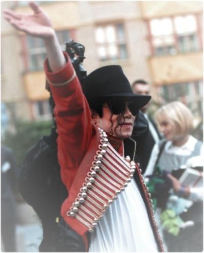 L'abito non fa il monaco....ma le giacche di Michael fanno la canzone! Tumblr_lf1do3ivMx1qfeid8o1_400_large