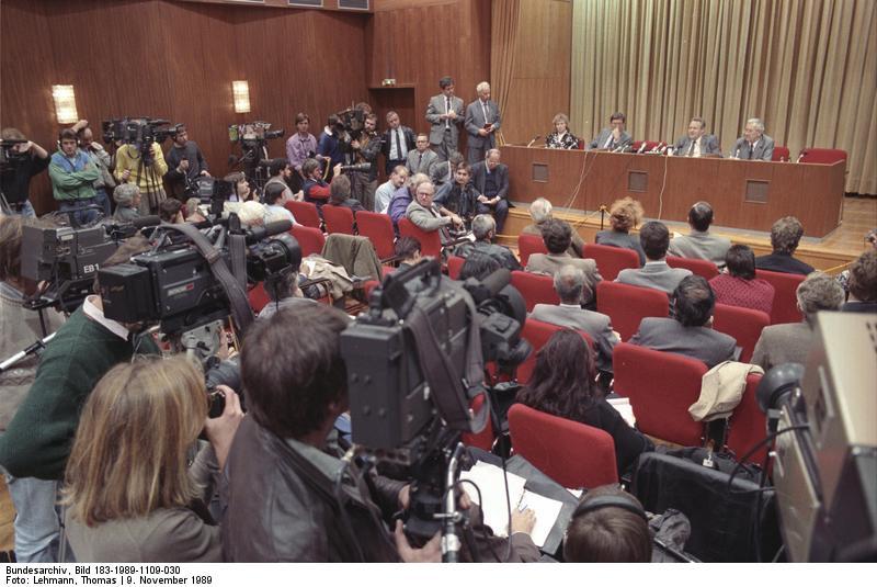 le Malentendu qui precipita la chute du Mur Bundesarchiv_Bild_183-1989-1109-030__Berlin__Schabowski_auf_Pressekonferenz