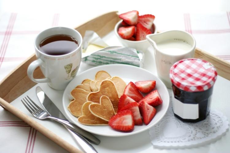 Dimanche 14 Février Id%C3%A9es-St-Valentin-petit-d%C3%A9jeuner-lit-pancakes-fraises