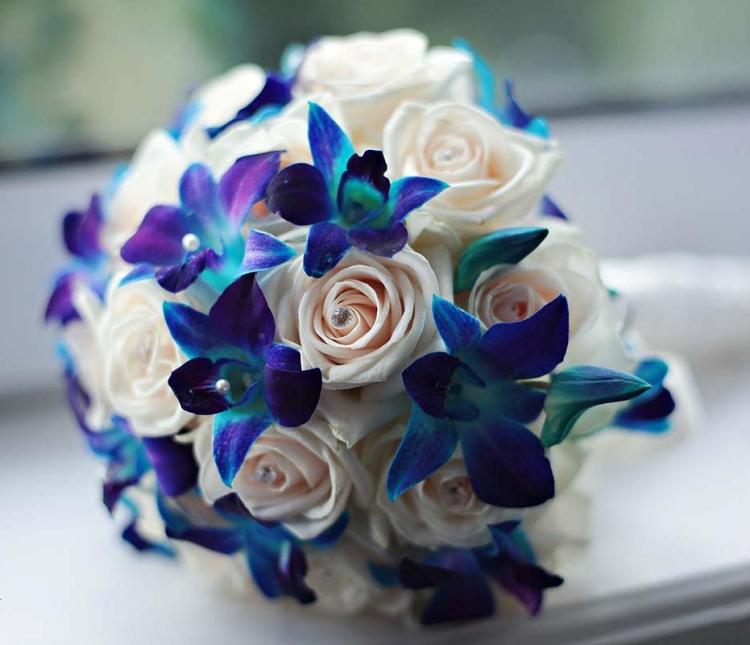 Happy birthday moi même [Solo sauf pour ceux qui pensent à son annif et qui lui ont envoyé un truc ?] Bouquet-mari%C3%A9e-rond-roses-blanches-orchid%C3%A9es-bleues-bijoux