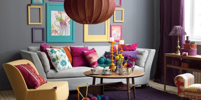 Conseil peinture piece a vivre  Deco-salon-coussins-mur-gris-table-ronde-canape