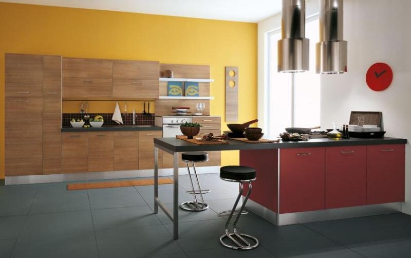 nouveau chez moi ... besoin de vos conseils  Peinture-murale-cuisine-jaune-armoires-bois-%C3%AElot%C3%A8bordeaux-hottes-%C3%AElot-m%C3%A9tal