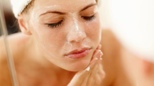 Nước hoa, mỹ phẩm: Các bước chăm sóc da dầu mụn hiệu quả Cach-lam-da-trang-min-tu-nhien-5