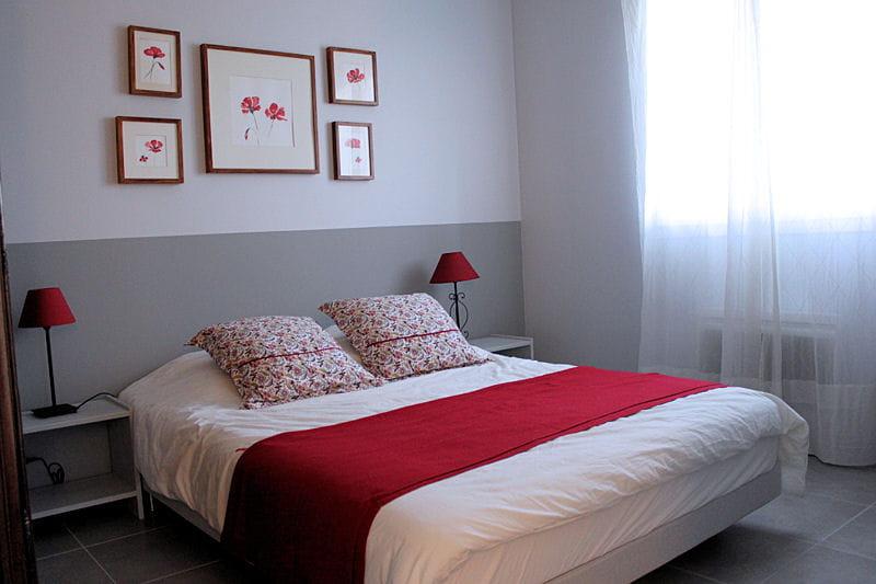 La chambre parentales. Agencement, installation d'un dressing et couleur! Pic-saint-loup-chambre-rouge-1170593