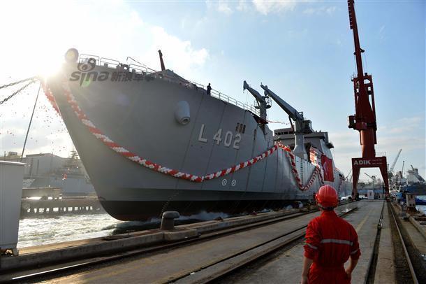 Buques Logisticos - Página 43 Turkish-Navy-Landing-ship-TCG-Bayraktar-launched-2