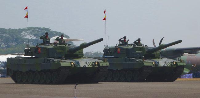 EJERCITO DE INDONESIA Leopard-2A4-Jakarta-Parade-5th-October-2013