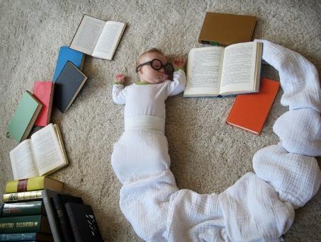 FOTOS MARAVILLOSAS - Página 6 Bookworm-baby-Adele-Enersen-GalleyCat