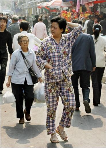 La Siesta - Página 2 061112153204w2l02mau0_una-mujer-pasea-en-pijama-por-shanghai-b