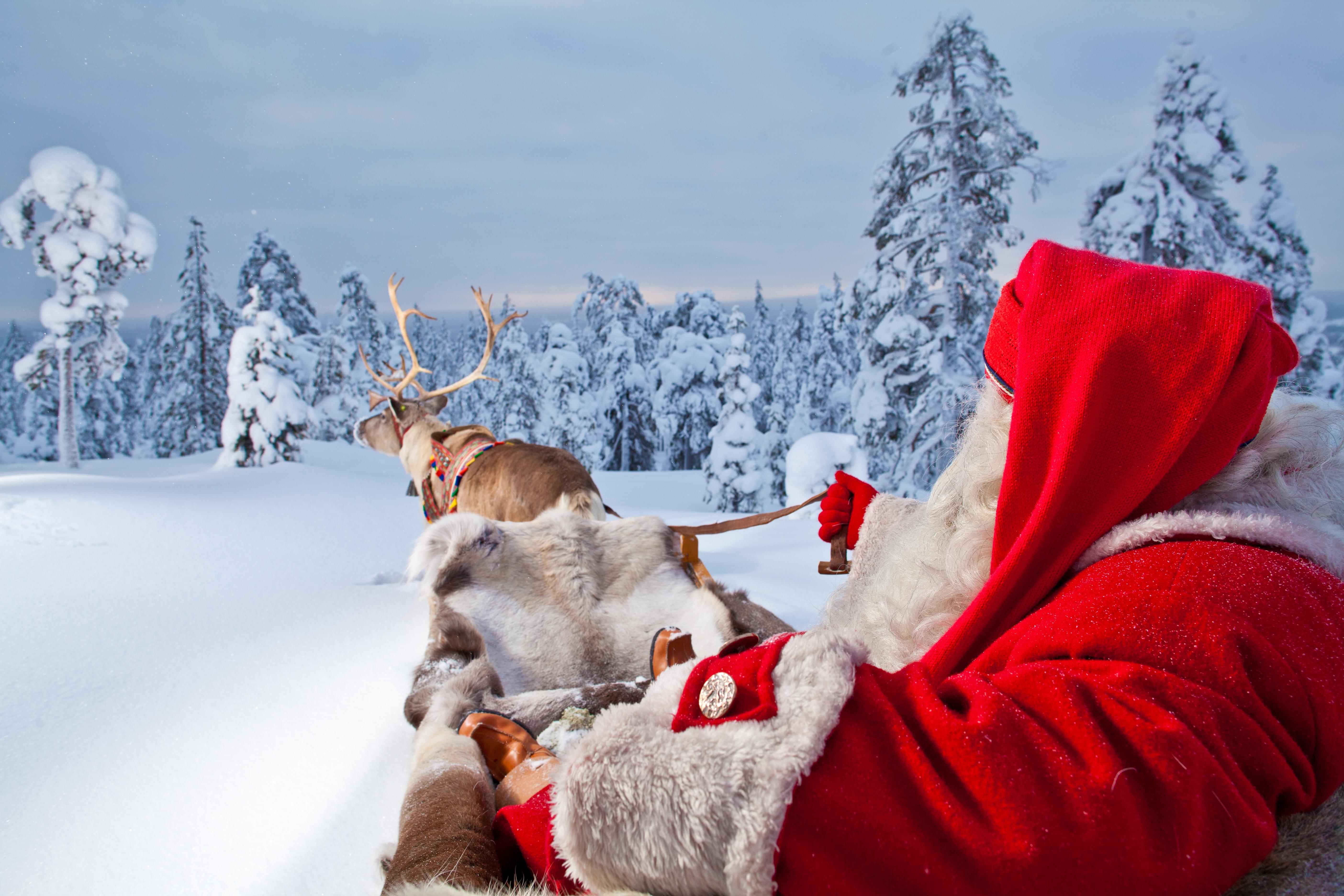 >>>LA MAGIA DE LA NAVIDAD>>> Santa-and-reindeer-rovaniemi_12