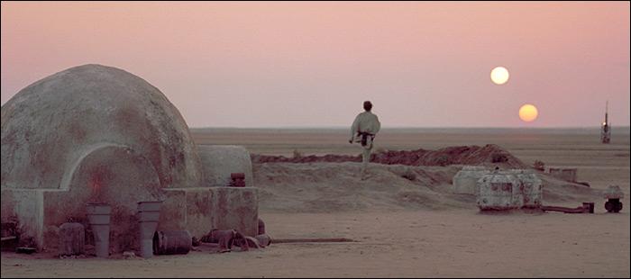 Deux soleils jaunes qui se touchent Luke-skywalker-on-tatooine
