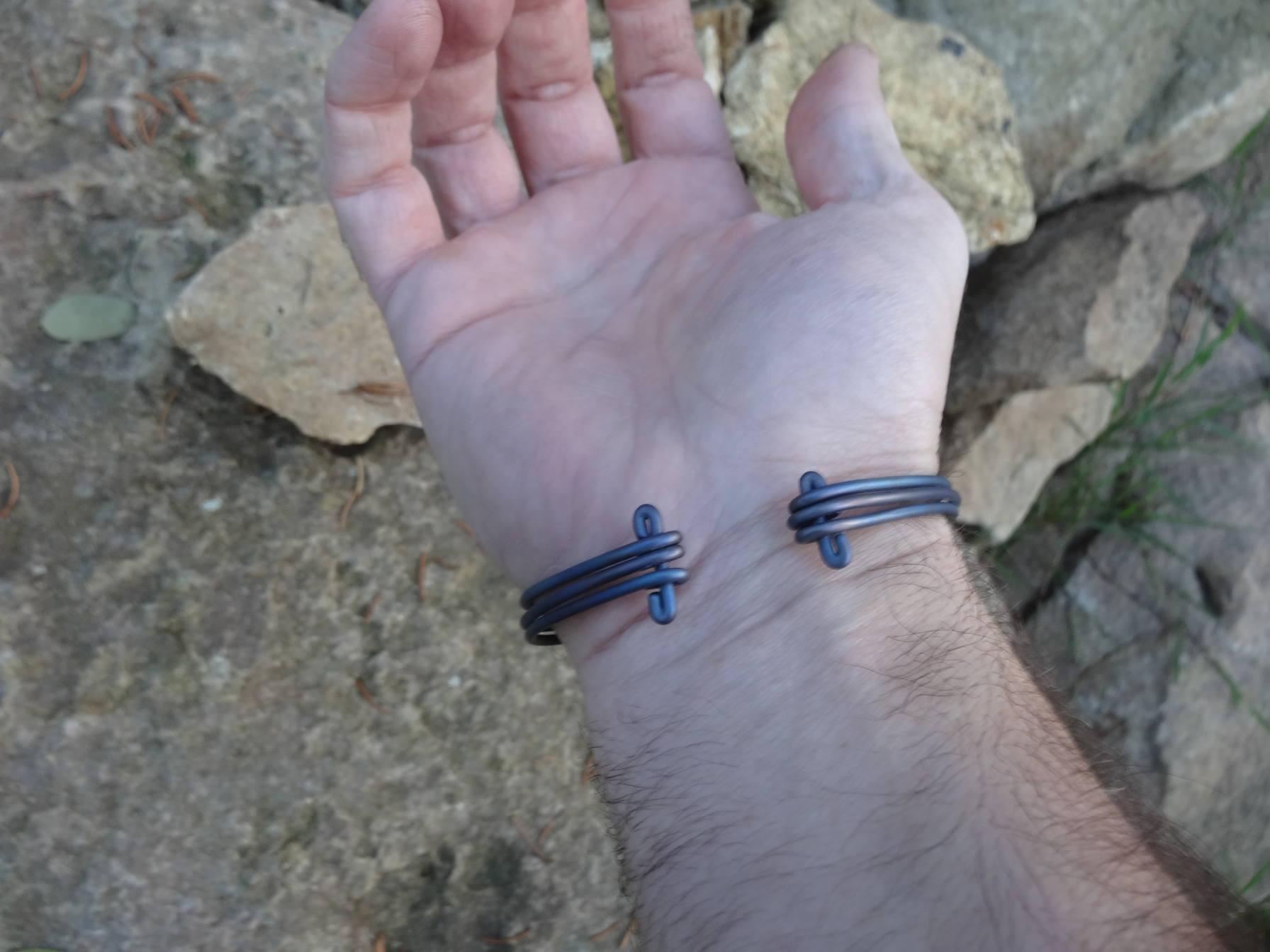 Bracelet d'inspiration médiévale en titane DSC08147