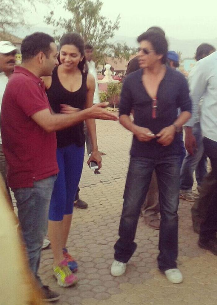 SRK, Deepika and Rohit Shetty at posters of Chennai Express Srk-deepika1