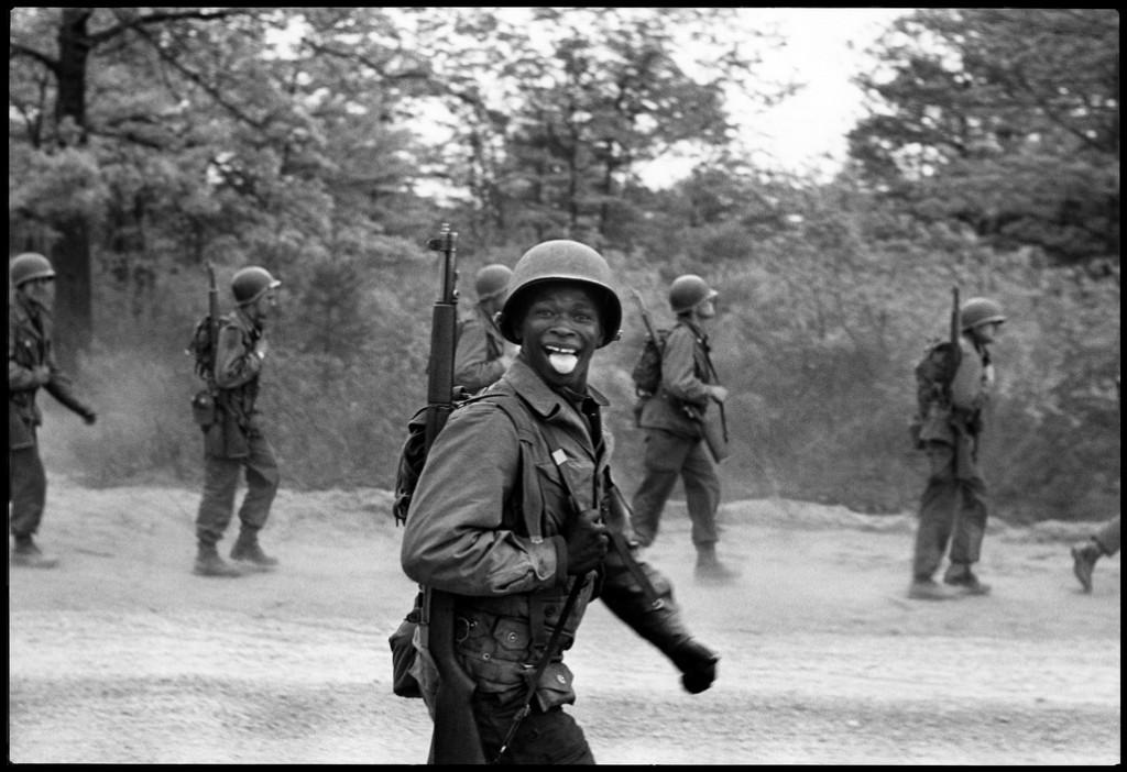 Fotografía artística - histórica - periodística  - Página 10 Elliott-Erwitt-USA.-Fort-Dix-Nueva-Jersey.-1951.-1024x702