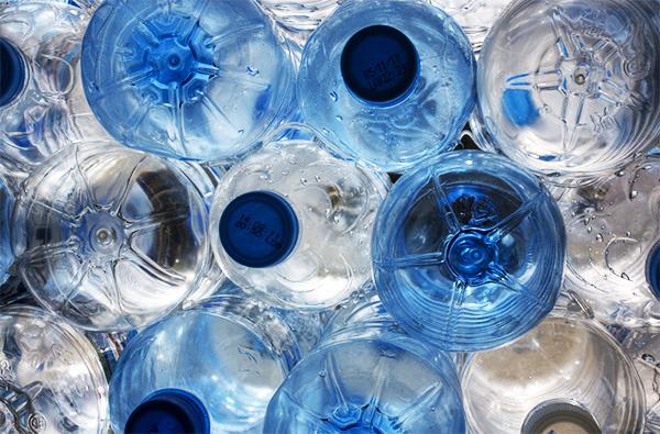Dlaczego nie powinno się pić wody z plastikowej butelki Woda-butelkowa