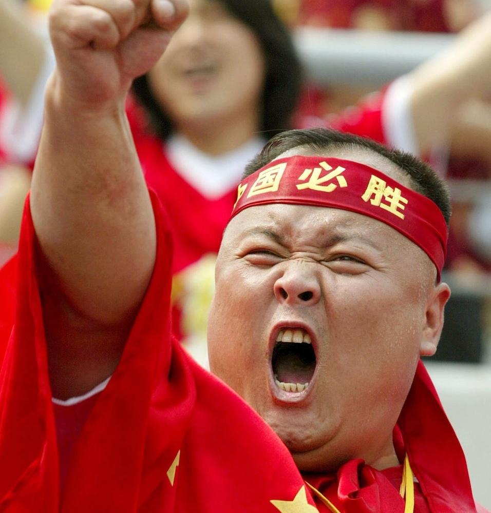 LIXO BOM e LIXO MAU Torcedor-chines-vibra-na-primeira-partida-da-selecao-da-china-no-mundial-de-2002-04062002-1302827184001_956x1000