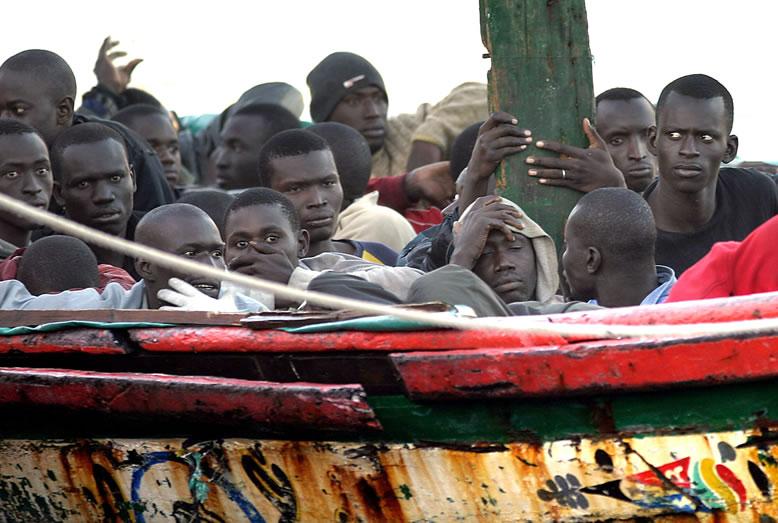 """Dicen que en Cuba... ¿La población cubana """"huye"""" del país?  Inmigrantes-desembarcando-inmigrants-invaders"""