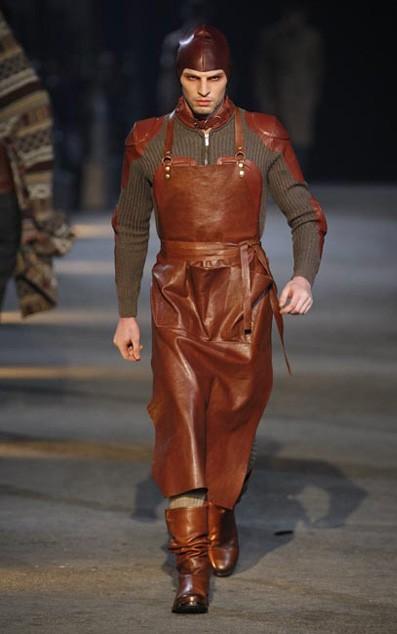 Moda actual masculina de inspiración victoriana Alexander-mcqueen-leatherapron